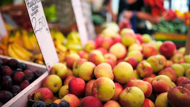 Äpfel in einer Marktauslage in Warschau