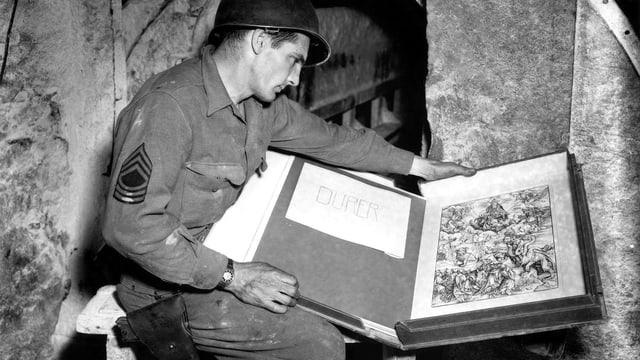 Soldat mit Schachtel voller Stiche.