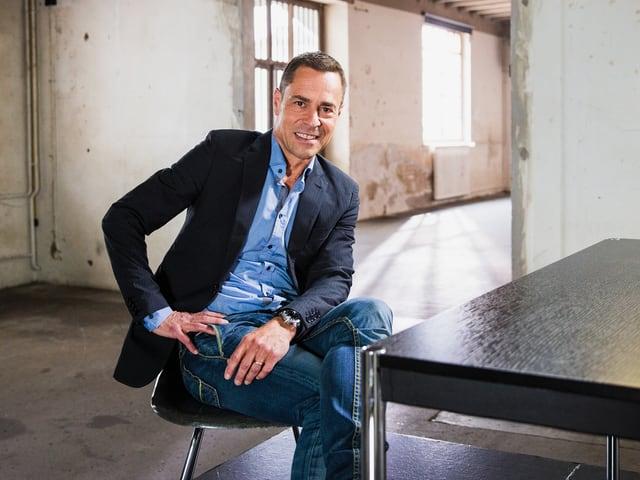 Sport-Moderator Mattthias Hüppi sitzt auf einem Stuhl