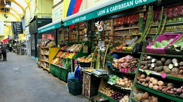 Leerer Gemüsestand in London