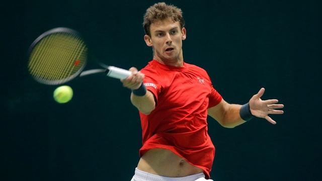 Ein Mann spielt Tennis