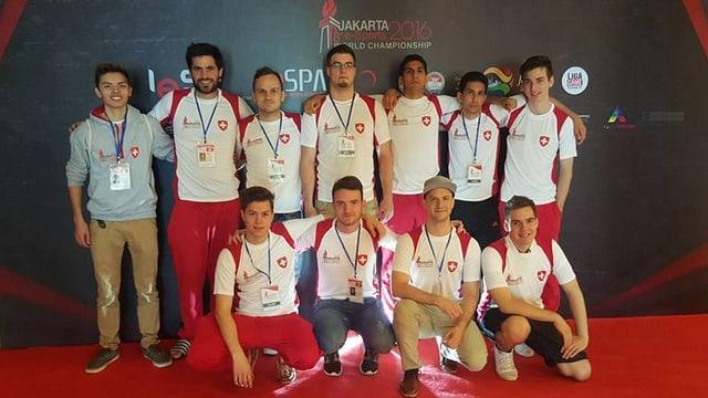 Ein Teamfoto mit 11 jungen Männern.