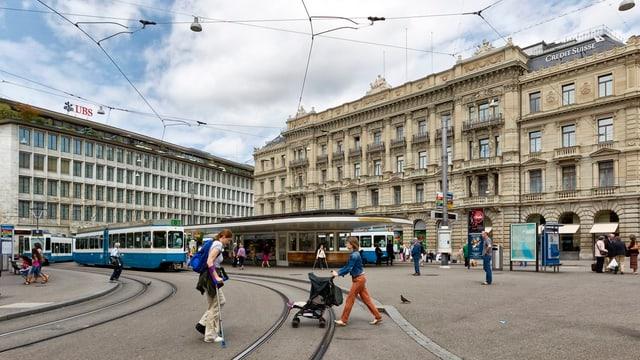 Paradeplatz in Zürich mit den Haupsitzen von Credit Suisse und UBS, in der Bildmitte die Tramhaltestelle