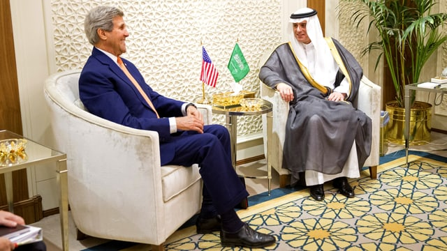 Der saudische Aussenminister Adil al-Dschubir und US-Aussenminister John Kerry sitzen sich in zwei Fauteuils gegenüber.
