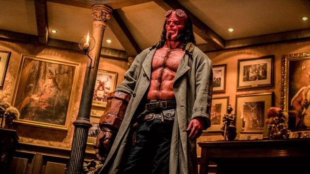 Hellboy mit halbnacktem Oberkörper, in einem vornehmen Salon