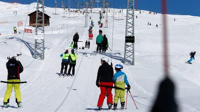 Schlepplift mit Skifahrern