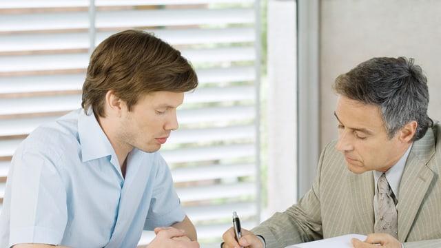 Ein Makler macht einem Kunden ein Angebot