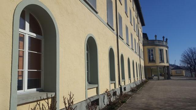 Vista sin l'entrada da l'Institut Otalpin a Ftan.