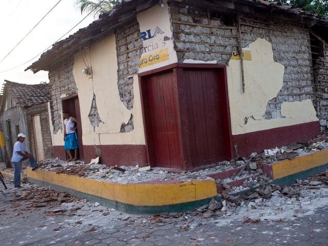 Beschädigtes, flaches Eckhaus in Nicaragua: Durch die Beben ist fast der ganze Verputz abgebröckelt.