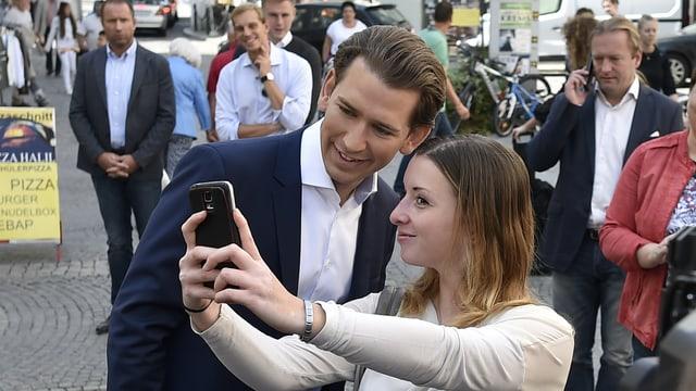 Junge Frau schiesst Selfie mit Sebastian Kurz auf der Strasse