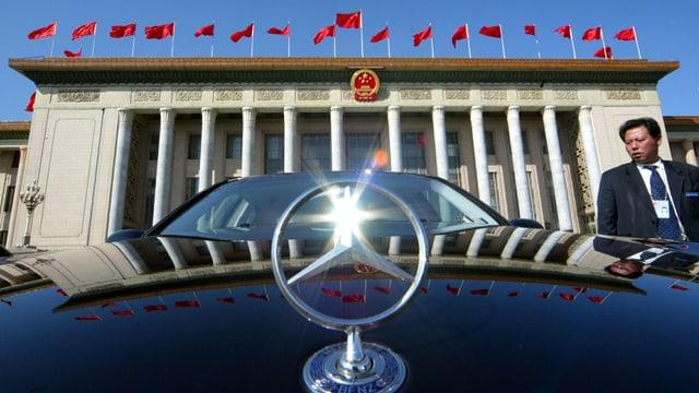 Eine Mercedes-Limousine vor der Grossen Halle des Volkes in Peking