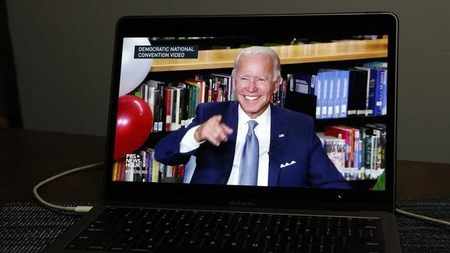 Joe Biden sin in visur d'in laptop.