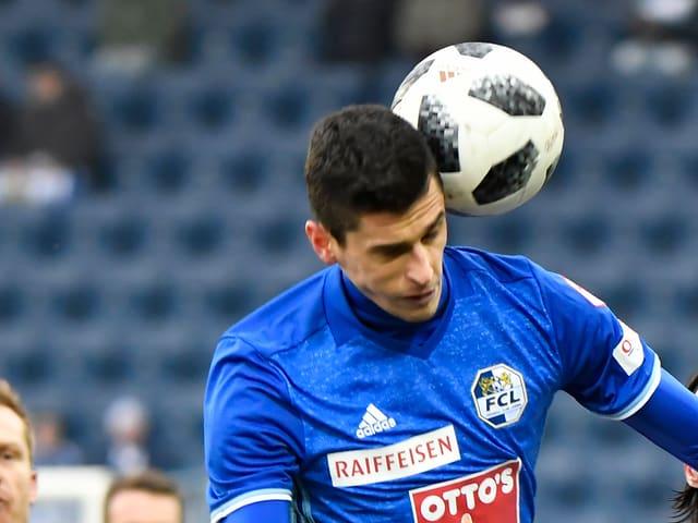 Lazar Cirkovic beim Kopfball.