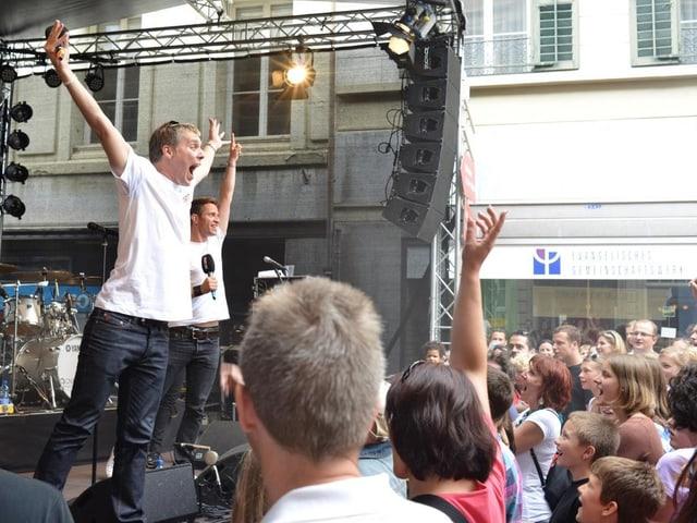 Reto Scherrer und Adrian Küpfer auf Bühne vor Publikum