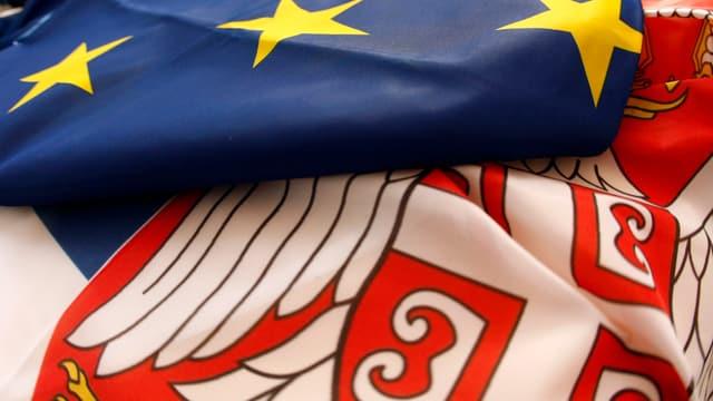 EU-Flagge überdeckt Serbiens Flagge.