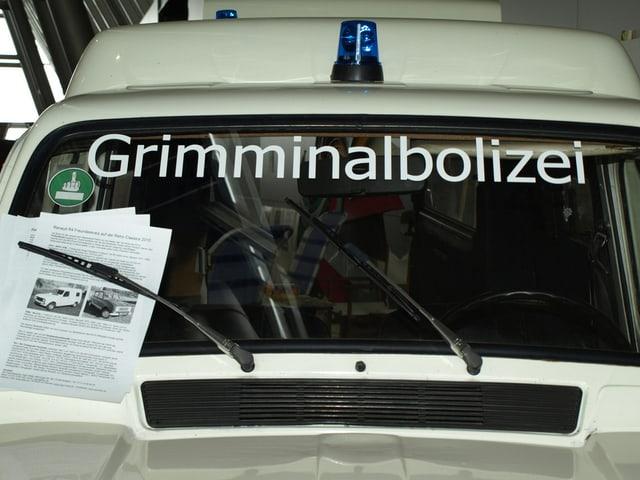 Eine Autoscheibe, die mit Grimminalbolizei angschrieben ist, sächsisch für Kriminalpolizei.