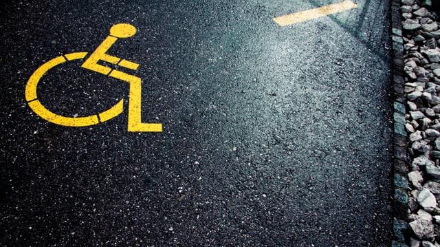 Rollstuhl-Symbol auf einem Parkfeld
