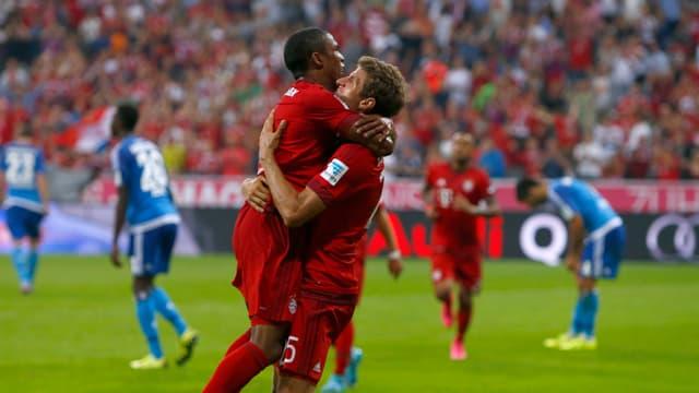 Douglas Costa und Thomas Müller bejubeln den Treffer zum 3:0.