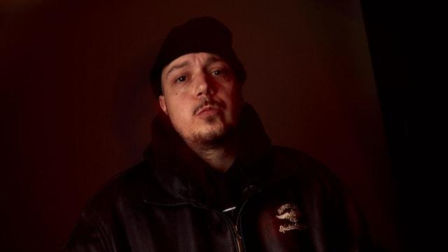 Portrait des Rappers mit Kappe