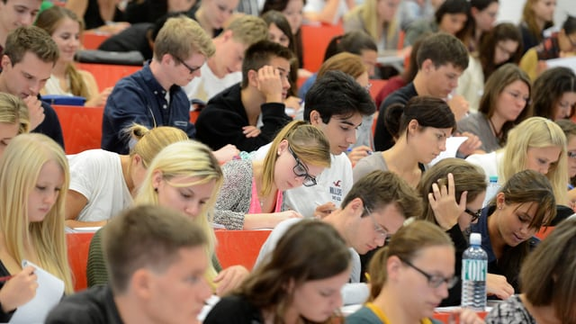 Viele Studierende sitzen in einem Hörsaal.