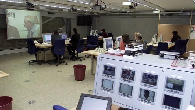 Raum mit vielen Bildschirmen und Computern im Einsatzraum der Nationalen Alarmzentrale.