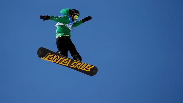 Ein Big-Air-Spezialist macht ein Jump.
