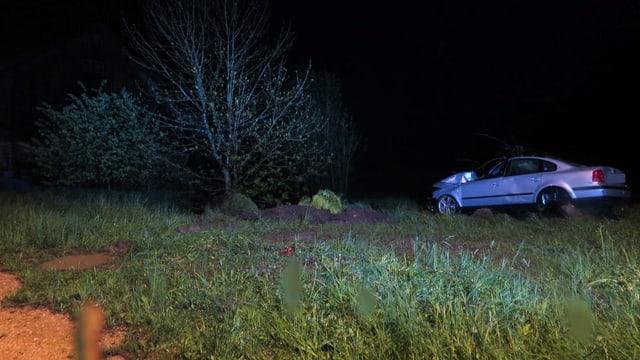 Auto am Bach in der Nacht