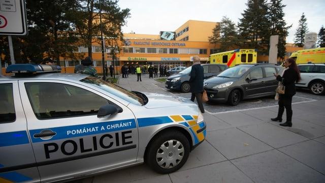 Polizei-Auto vor dem Eingang in die Klinik.