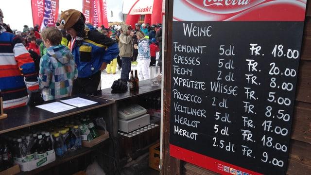 Après-Ski-Bar, im Vordergrund Eine Liste mit Alkohol-Angebot.