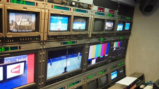 Sendewagen mit diversen Bildschirmen