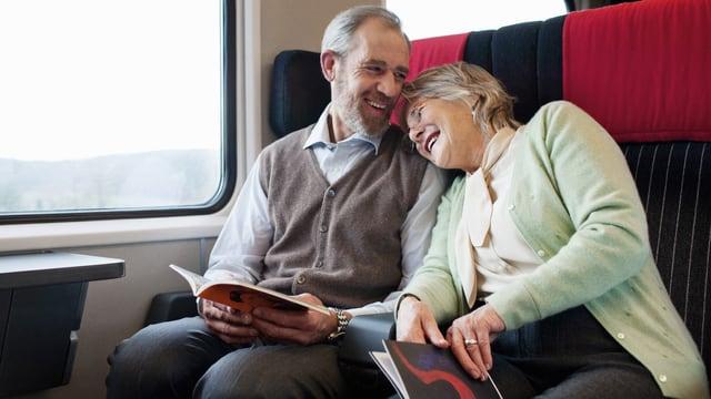 Älteres Paar fährt gemeinsam Zug.