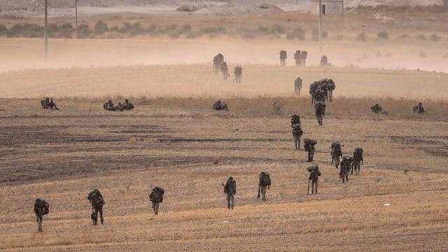 Truppen des syrischen Präsidenten Baschar al-Assad und der verbündeten russischen Armee patrouillierten unterdessen in Nordsyrien.