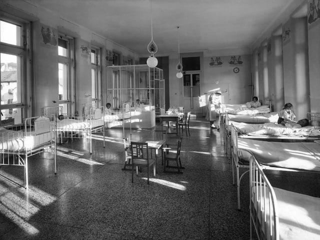Grosser Krankensaal mit vielen Betten.