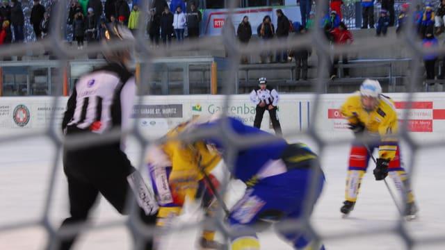 Gieu da hockey sin glatsch fotografà tras in'arait