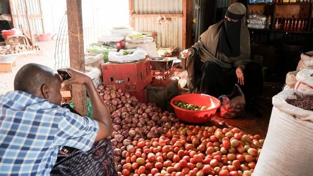 Verkäuferin auf dem Markt von Hagadera.