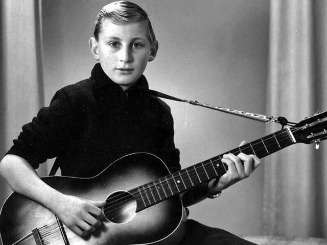 Otto als Junge mit Gitarre