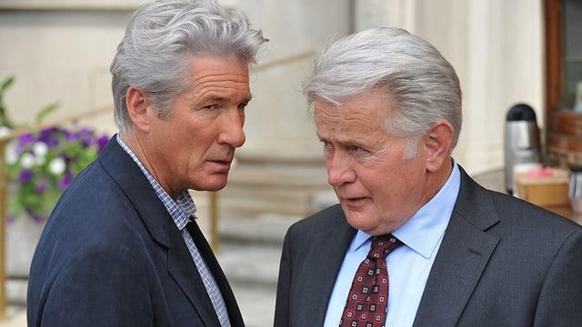 Zwei ältere Männer, welche sich ähnlich schauen stehen sich gegenüber.