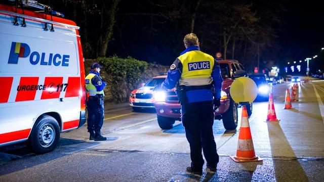 Genfer Polizisten bei einer Verkehrskontrolle