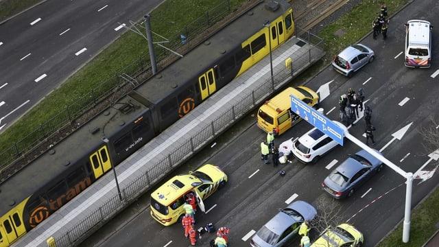 Plirs autos ed in tram sin il lieu d'ina attatga.