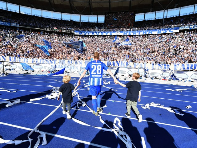 Fabian Lustenberger lässt sich gemeinsam mit seinen beiden Söhnen von der Berliner Fankurve feiern.