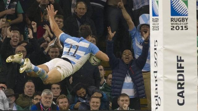 Argentiniens Juan Imhoff hebt mit dem Ball in der Hand ab und fliegt durch die Luft, im Hintergrund jubeln im die Zuschauer zu.