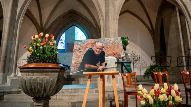 Kirchenaltar mit Blumen und Porträtfoto