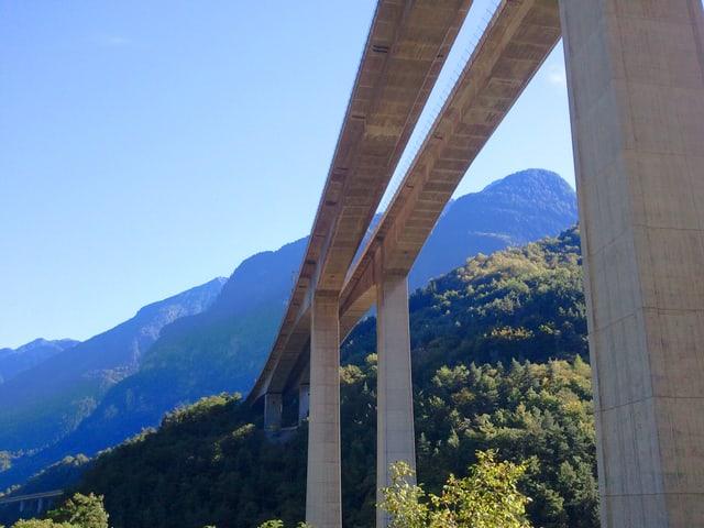 Viadukt in Berglandschaft