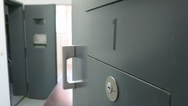 Eine offene Zelltür im Gefängnis