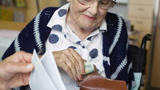 Rentnerin mit Geld