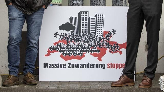 Plakat auf dem steht «massive Zuwanderung stoppen»