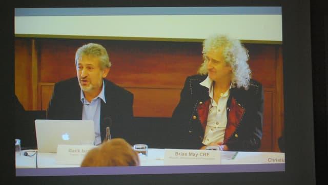 Zwei Männer an Videokonferenz.