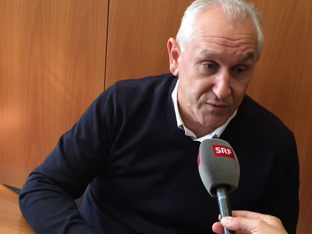 Bürgermeister Paolo Bordignon gibt SRF ein Interview.