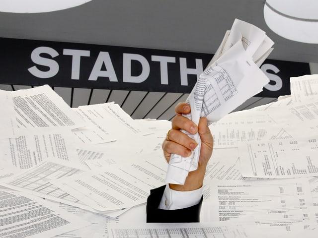 Ein Mann mit Papieren in einem Papierberg