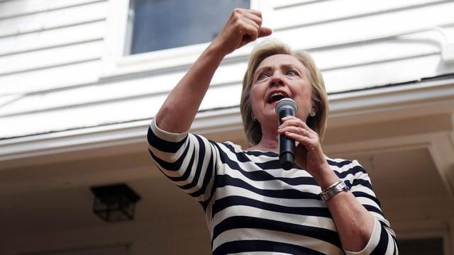 Clinton bei einer Rede, sie ballt die Faust.